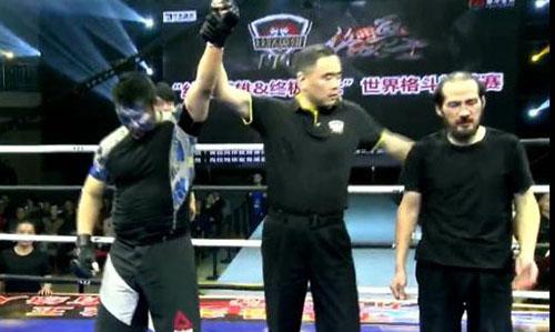 Từ Hiểu Đông (trái) được xử thắng knock-out kỹ thuật. Ảnh: Sohu.