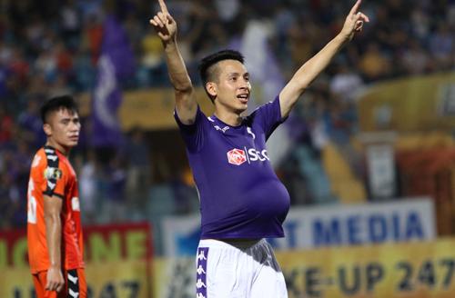 Hùng Dũng ăn mừng bàn thắng thứ ba cho Hà Nội.