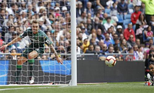 Thủ môn Navas bất lực trước pha đệm bóng vào góc cao. Ảnh: Reuters