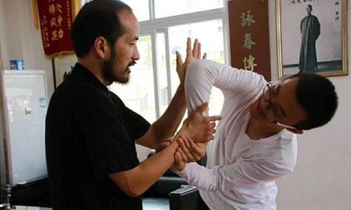 Một đòn tấn công vào huyệt đạo đối thủ được Lã Cương truyền dạy cho học trò.