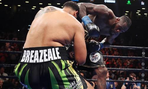 Wilder (phải) lần thứ chín bảo vệ thành công đai WBC thế giới. Ảnh: Reuters.