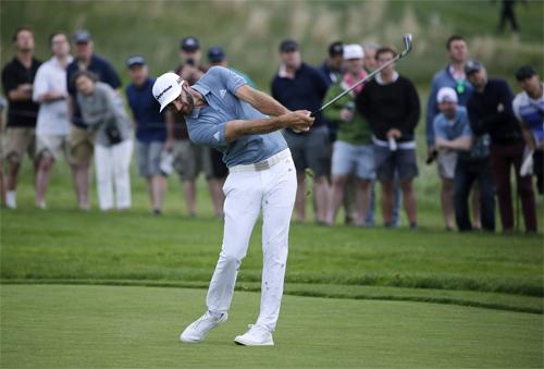 Dustin Johnson sẽ mất vị trí số một thế giới vào tay Brooks Koepka sau PGA Championship. Ảnh: AP.