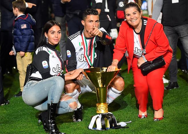 Ronaldo làm Cup vô địch Serie A đập vào đầu con trai