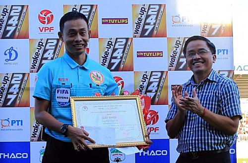 Đại diện VFF trao bằng khen và phần thưởng cho trọng tài Ngô Duy Lân. Ảnh: VFF.