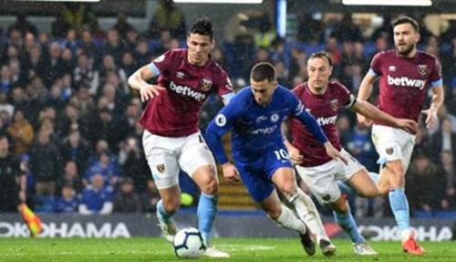 Hazard độc diễn qua năm cầu thủ West Ham. Ảnh: PA.