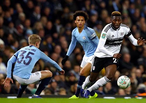 Fosu-Mensah (áo trắng) vượt mặt Leroy Sane (phía sau) về tốc độ. Ảnh: AFP.