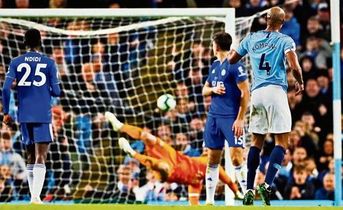 Cú đại bác của Kompany giúp Man City chạm tay vào chức vô địch. Ảnh: Reuters.