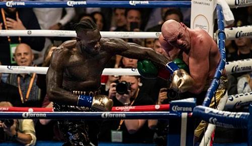 Wilder đấu Fury ở trận tranh đai WBC tháng 12/2018. Ảnh:AFP.