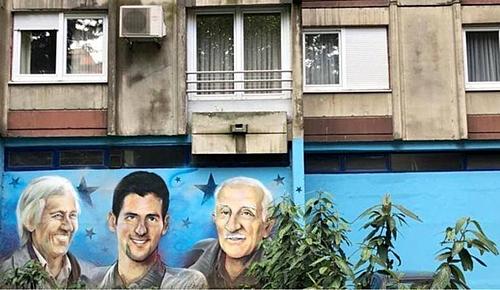 Bức tranh trên tường bên ngoài căn hộ của Djokovic trong vụđánh bom ở Belgrade năm 1999.