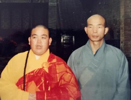 Thích Diên Giác (phải) là cận vệ lâu năm của phương trượng Thiếu Lâm, Thích Vĩnh Tín (trái)