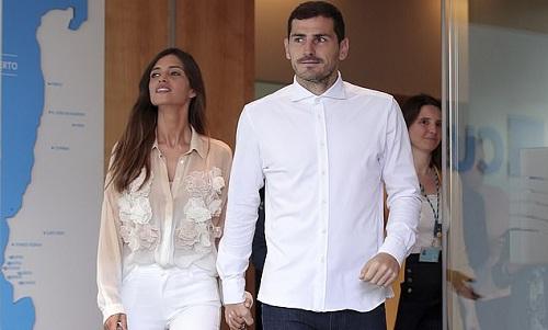 Casillas và vợ -Sara Carbonero - rờibệnh viện sau khi thủ thành của Porto bị trụy tim. Ảnh: AP.