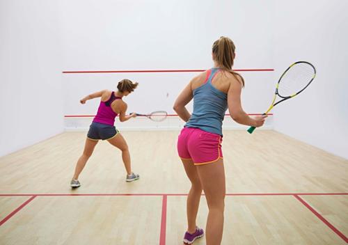 Một trận đấu bóng quần của nữ.