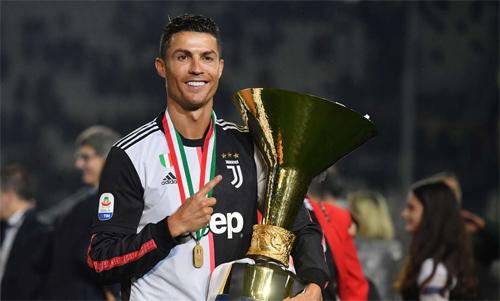 Ronaldo và Cup vô địch Serie A. Ảnh: Reuters