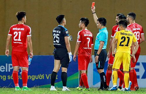 Thủ môn Thế Tài (số 25) bị truất quyền thi đấu vì phạm lỗi với Fagan.