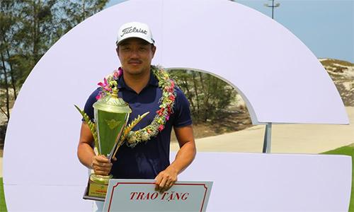 Park Sang Ho lần thứ ba nhận phần thưởng 90 triệu cho nhà vô địch VCPG Tour. Ảnh: Golfnet.vn.