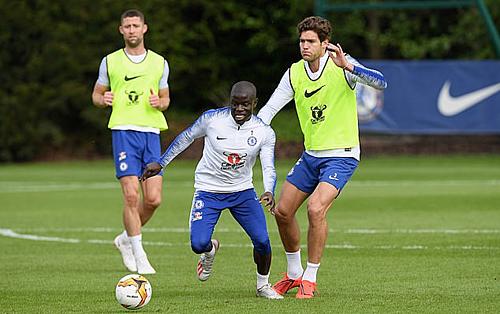 Kante luyện tập cùng đồng đội ở Chelsea. Ảnh:AFP.