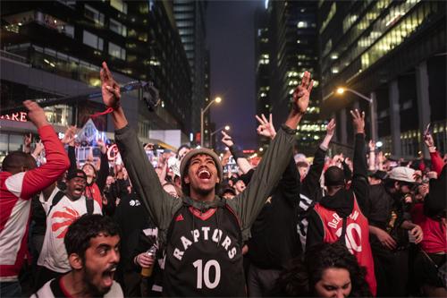 Niềm vui của CĐV Raptors khi đội bóng Canada duy nhất tại NBA đi đến chung kết tổng. Ảnh: AP.