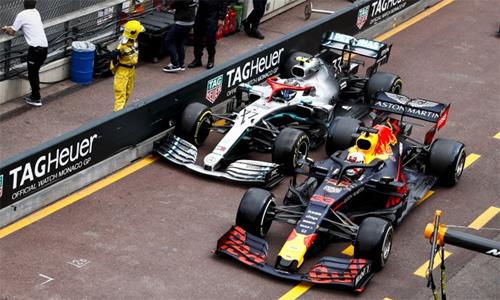 Sự cố chèn xe của Bottas vào rào chắn khu khu kỹ thuật khiến Verstappen bị phạt cộng năm giây.