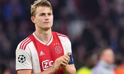 Trung vệ 19 tuổi sẵn sàng ở lại Ajax thêm ít nhất một mùa. Ảnh: Reuters