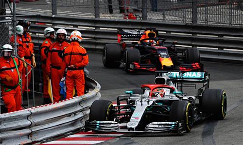 Hamilton tận dụng triệt để sự chật chội của đường đua trên phố Monaco để giữ vững vị trí thứ nhất đến khi về đích, bất chấp nỗ lực tấn công từ phía sau của Verstappen.
