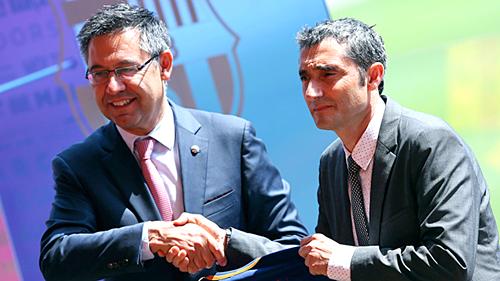 Chủ tịch Bartomeu (trái)và HLV Valverde. Ảnh:Barca.
