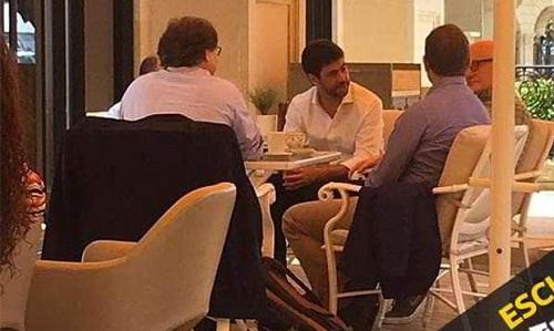 Chủ tịch Juventus Agnelli (giữa) nói chuyện với giám đốc Chelsea Bruce Buck (bìa phải). Ảnh: Tuttosport.
