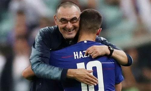 Sarri tri ân Hazard sau trận chung kết. Ảnh: Reuters