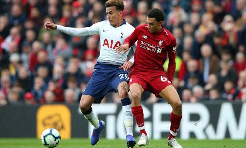 Alexander-Arnold (áo đỏ) và Liverpool từng thắng Tottenham hai lần ở Ngoại hạng Anh mùa vừa qua. Ảnh: Reuters