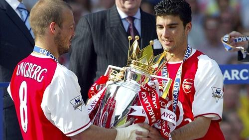 Reyes (phải) nhận chức vô địch Ngoại hạng Anh ngay mùa đầu tiên khoác áo Arsenal. Ảnh: Reuters.