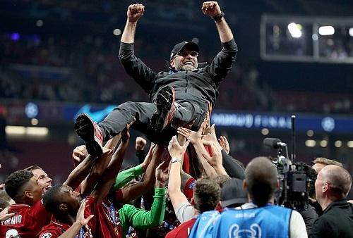 Klopp được học trò tung hô sau khi giúp Liverpool vô địch Champions League. Ảnh: PA.
