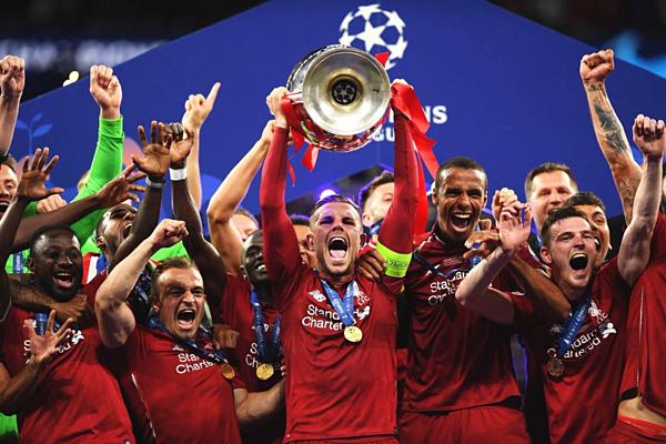 Đội trưởng Jordan Henderson nâng cao chiếc cup Champions League/C1 thứ sáu trong lịch sử Liverpool. Ảnh: Tactical Times.