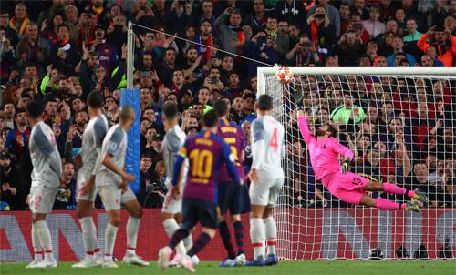 Bàn thứ 12 mùa này của Messi là cú sút phạt vào lưới Liverpool trong trận bán kết lượt đi. Ảnh: Reuters