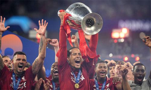 Van Dijk nâng cao Champions League sau chiến thắng 2-0 trước Tottenham. Ảnh: Reuters