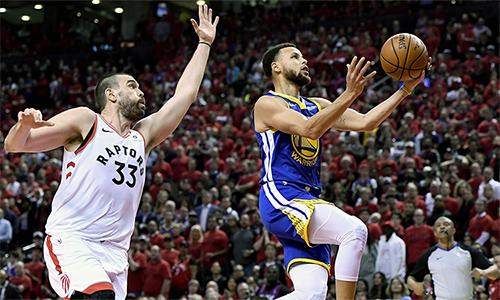Warriors (xanh) có 23 serie playoffs liên tiếp giành được ít nhất một chiến thắng trên sân khách. Ảnh: AP.