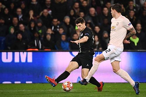 Meunier (trái) trong trận đấu lượt về với Man Utd. Ảnh:AFP.