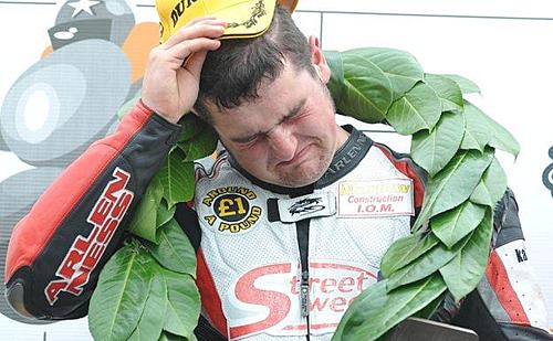 Michael Dunlop trên bục chiến thắng North West 200 năm 2008.