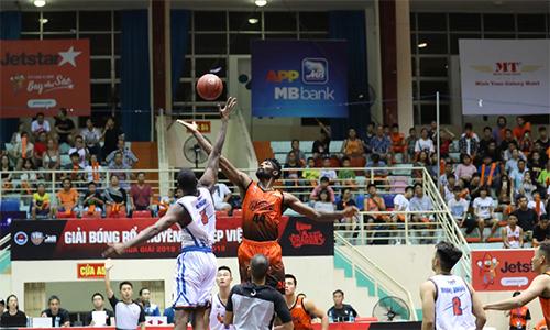 Hanoi Buffaloes (trắng) thắng trận thứ tám liên tiếp trước Danang Dragons tại mùa giải chính VBA.