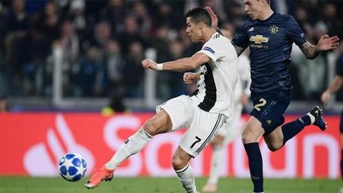 Cú bắt vô-lê đẳng cấp của Ronaldo vào lưới Man Utd ở vòng bảng.