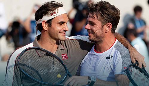 Federer (trái) nhận lời chúc mừng từ người bạn Wawrinka sau trận đấu.
