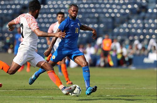 Chân sút đang chơi ở Ngoại hạng Anh làLeandro Bacuna ghi bàn ấn định chiến thắng cho Curacao. Ảnh: Đức Đồng.