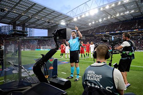 Trọng tài bẻ còi sau khi sử dụng VAR, chuyển quả phạt đền từ Bồ Đào Nha sang Thụy Sỹ. Ảnh:UEFA.