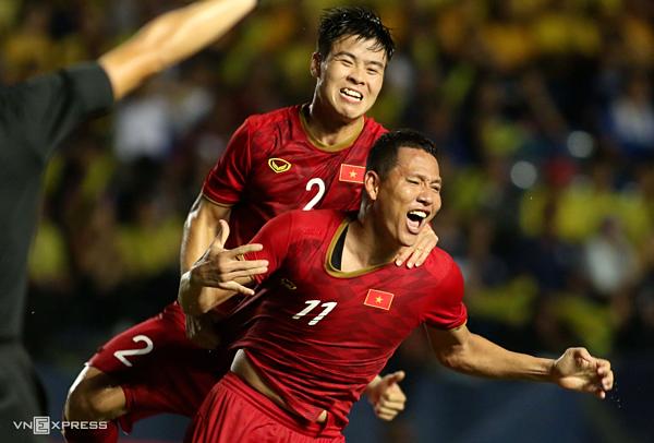 Anh Đức chung vui cùng đồng đội sau bàn thắng định đoạt trận đấu. Ảnh:Đức Đồng.