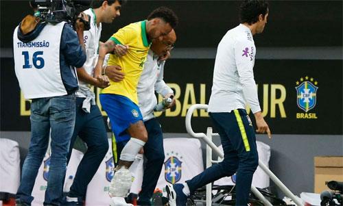 Neymar rời sân với túi đá lạnh chườm ở mắt cá. Ảnh: Reuters