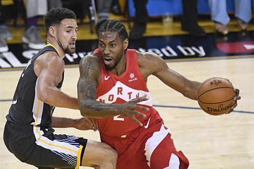 Thompson (trái) trở lại, nhưng Warriors vẫn có trận ghi ít điểm nhất từ đầu NBA play-off 2019. Ảnh:AP.