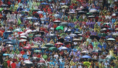 CĐV Việt Nam dầm mưa cổ vũ cho hai đội. Ảnh: Lâm Thoả