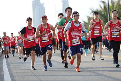 Marathon quốc tế TP HCM Techcombank thu hút hơn 10.000 vận động viên tham gia.