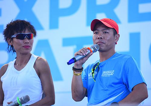 Runner Hùng Hải trò chuyện với các vận động viên.