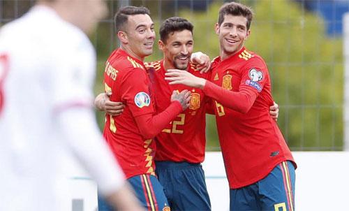 Lão tướng 33 tuổi Jesus Navas (giữa) lập công cho Tây Ban Nha sau nhiều năm vắng bóng. Ảnh: Marca