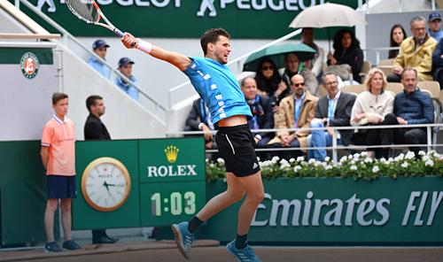 Thiem đang nắm lợi thế trước khi trận đấu bị hoãn vì trời mưa. Ảnh: ATP.