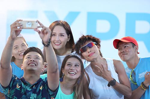 MC - runner Thanh Vũ (thứ hai từ trái sang) cùng các diễn giả chụp ảnh selfie tại sự kiện.